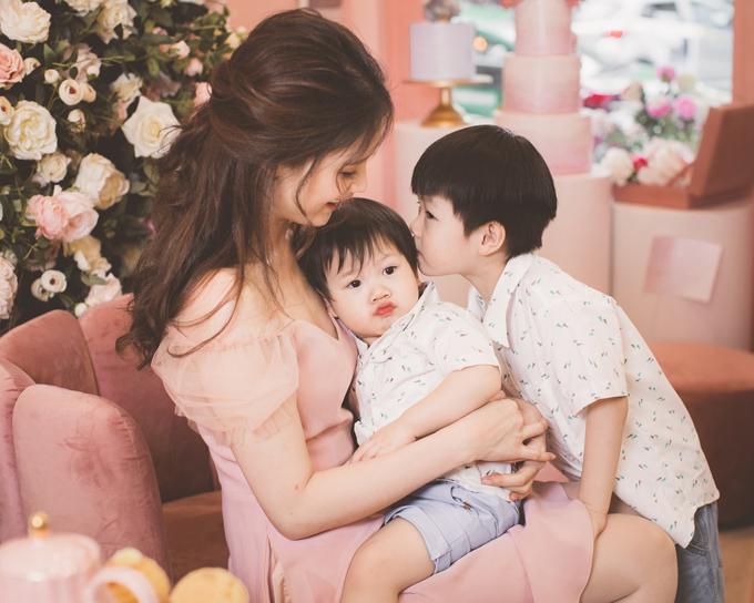 Hoa hậu Áo dài Phí Thuỳ Linh khoe hai con trai kháu khỉnh - 8