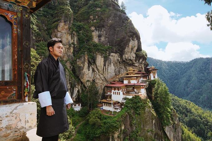Hành trình chinh phục Hang Hổ Tigers Nest ngày hôm nay. Cảm ơn thời tiết tốt đẹp đã giúp đoàn có thể leo trèo và ghi hình điểm đến nổi tiếng nhất Bhutan này. Tương truyền vào thế kỉ thứ 8, vị đại sư Gu - Ru đã cưỡi hổ lửa đến đây thu phục quỉ dữ và biến quỉ thành thần hộ pháp, giữ bình yên cho khu vực này đến ngày nay. Ngôi đền được xây dựng thế kỉ 15, nổi tiếng với sự linh thiêng cầu được ước thấy và nếu chưa leo Tigers Nest thì bạn chưa đến được Bhutan. Ngôi đền nằm ở độ cao trên 3000m, đường đi dốc và gập ghềnh đòi hỏi thể lực và ý chí của du khách rất nhiều. Cộng thêm việc càng lên cao không khí càng loãng sẽ gây nhức đầu choáng váng nếu bạn không quen vận động. Với chiều dài 4km, leo núi cao, dốc khoảng 2 tiếng Có thể cưỡi ngựa nửa đoạn đường đầu cho đỡ mệt. (Vinh thì chọn đi bộ luôn) Đoạn giữa có trạm dừng chân, nghỉ ngơi rồi leo tiếp View point ở hơn 2 phần 3 đoạn đường, chổ này mọi người chụp ảnh sẽ rất đẹp, vì vào tận đền thì sẽ không được phép chụp ảnh hay quay phim. Tips: - mang áo khoác nhẹ, tránh mưa nắng - thuê gậy hổ trợ giá 50 tiền bhutan - mang giầy thể thao, leo núi (đường rất khó đi nên giầy sẽ hổ trợ nhiều) - kem chống nắng, xịt thuốc côn trùng trước - nước uống và snack càng tốt: lên cao sẽ mệt snack giúp bạn có năng lượng để tiếp tục hành trình. Nhân tiện thì cho mấy chú chó hoang ăn luôn. Dễ thương lắm! - nhớ uống trà hoặc cà phê pha sữa bò ở cafeteria duy nhất giữa đường cực ngon!\