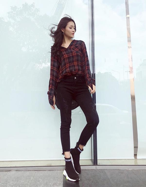 Diện sơ mi cùng jeans skinny như Mỹ Nhân khá quen thuộc nhưng cách mix đồ này vẫn không gây nhàm chán. Bởi lối mix-match đơn giản và luôn mang tính tiện lợi cao.