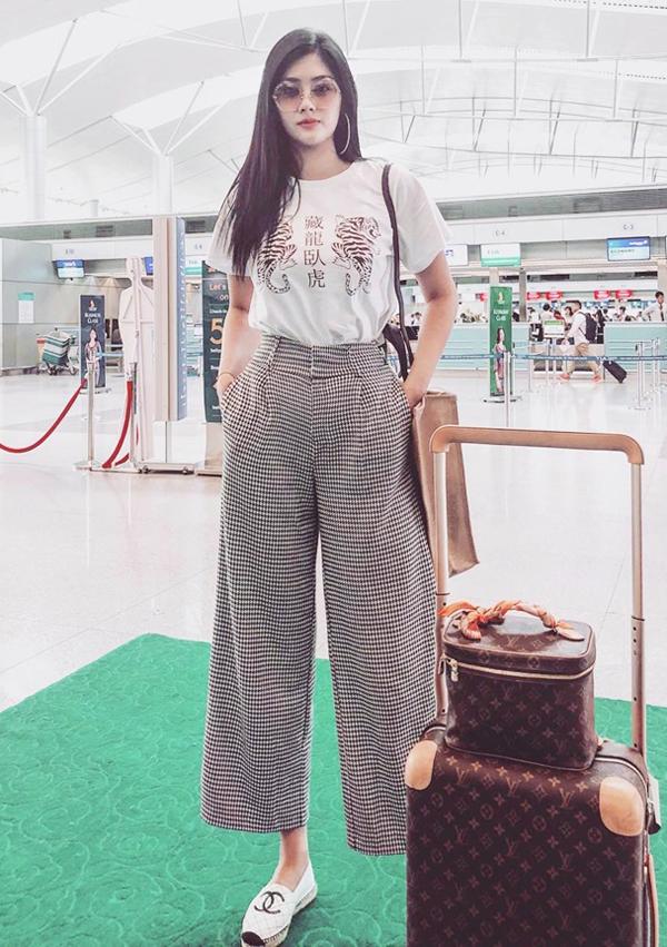 Nếu tự tin với chiều cao vượt trội của mình, các chị em có thể diện quần suông ống lửng, giầy slip on như Huỳnh Tiên.