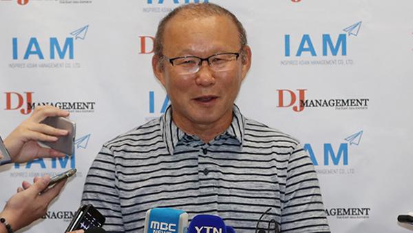 HLV Park Hang-seo trả lời giới truyền thông sau khi trở về Hàn Quốc. Ảnh: Yonhap.