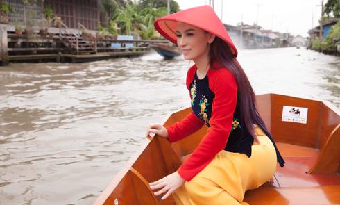 Phi Nhung mặc áo bà ba khi dạo chơi chợ nổi Thái Lan