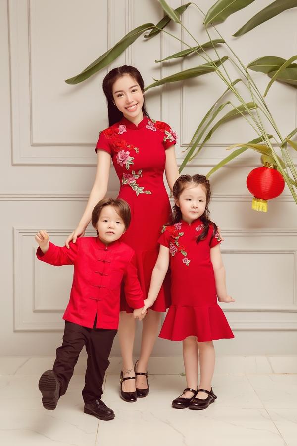 Elly Trần chụp ảnh cùng hai con lai - Alfie Túc Mạch và Cadie Mộc Trà. Ba mẹ con cùng diện màu đỏ nổi bật đúng không khí trung thu sắp đến.