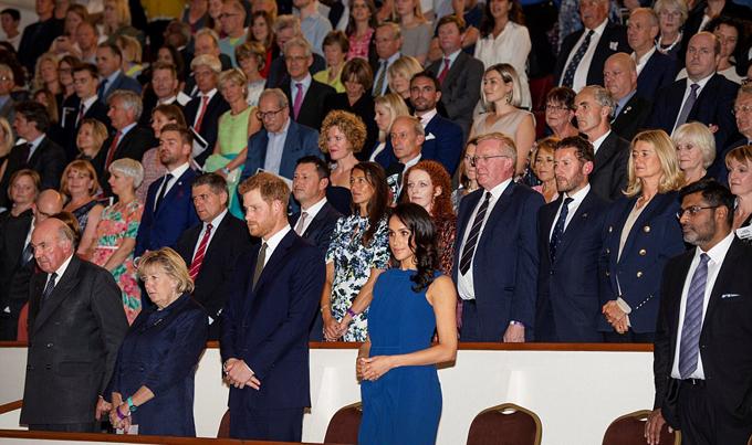 Cả hai chỉ chịu rời tay nhau lúctất cả quan khách cùng đứng lên để nghe quốc ca trước khi buổi biểu diễn bắt đầu.