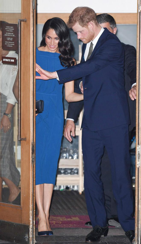 Harry ga lăng đi trước mở cửa cho Meghan khi bước vào đại sảnh của trung tâm hội nghị.