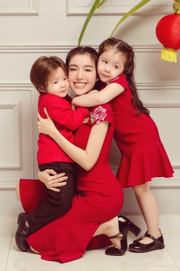 Ba mẹ con thể hiện tình cảm đáng yêu trong một bức ảnh. Vốn kín tiếng chuyện đời tư, việc Elly Trần bí mật sinh hai con lai khiến nhiều khán giả chú ý.