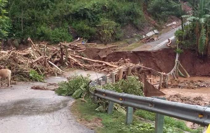Các tuyến đường đi huyện biên giới Mường Lát bị phá huỷ nhiều điểm và chưa thể thông tuyến. Ảnh:Tây Tiến.