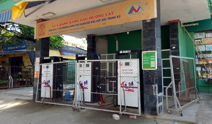 Cây xăng duy nhất ở thị trấn Mường Lát đã ngưng bán hàng nhiều ngày nay. Ảnh:Tây Tiến.