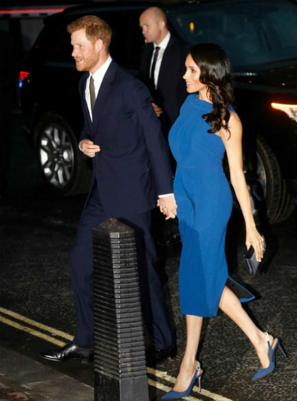 Meghan được đánh giá cao khi xuất hiện xinh đẹp trong bộ váy màu xanh của Jason Wu - nhà thiết kế yêu thích của cô. Nữ công tước xứ Sussex kết hợp váy cùng một đôi giàycùng tông màu có gắn đálấp lánh phía sau của thương hiệu Aquazzura trị giá 775 USD.