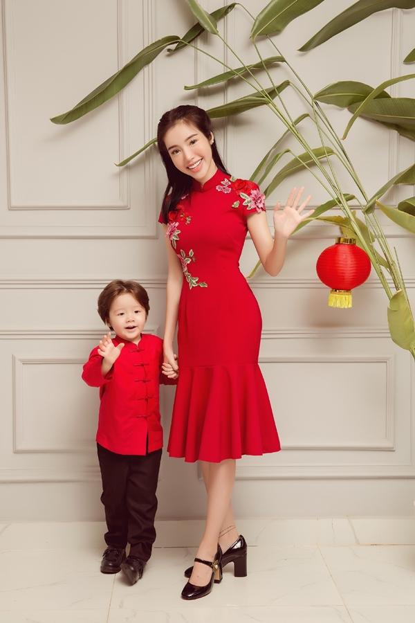Elly thường xuyên chụp ảnh hai con, vì thế các bé đều dạn dĩ và biểu cảm đáng yêu trước ống kính.