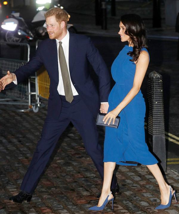 Từ lúc xuống xe, Harry dường như không buông tay vợ, ngay cả khi phải bắt tay với các quan khách.