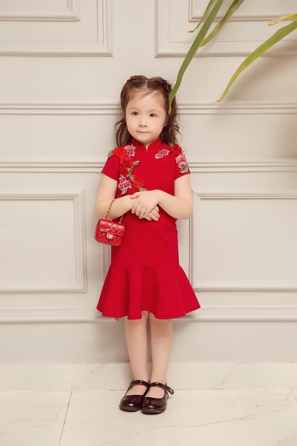 Cadie Mộc Trà được mẹ Elly chuẩn bị thêm một chiếc túi xách nhỏ xinh xắn.