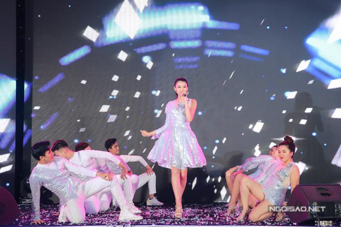 Bản sao Hoa hậu Jennifer Phạm nhảy sôi động với hit của Chi Pu - 6