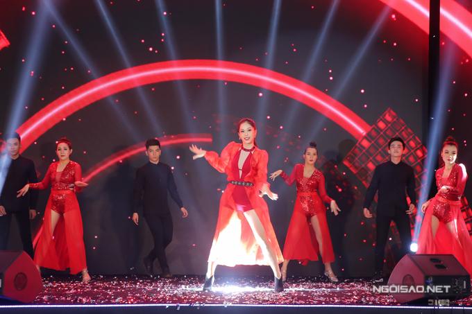 Bản sao Hoa hậu Jennifer Phạm nhảy sôi động với hit của Chi Pu