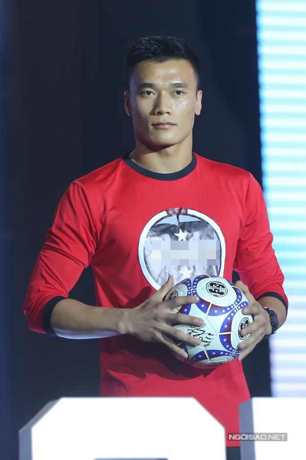 Sau thành công tại giải vô địch Ủ châu Á và Asiad 2018, Bùi Tiến Dũng trở thành gương mặt được đông đảo khán giả biết đến, hâm mộ. Anh cũng đắt show quảng cáo, đại sứ nhiều thương hiệu khác nhau.