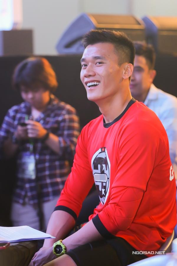 Bùi Tiển Dũng luôn nở nụ cười thân thiện với khán giả và truyền thông tại sự kiện.
