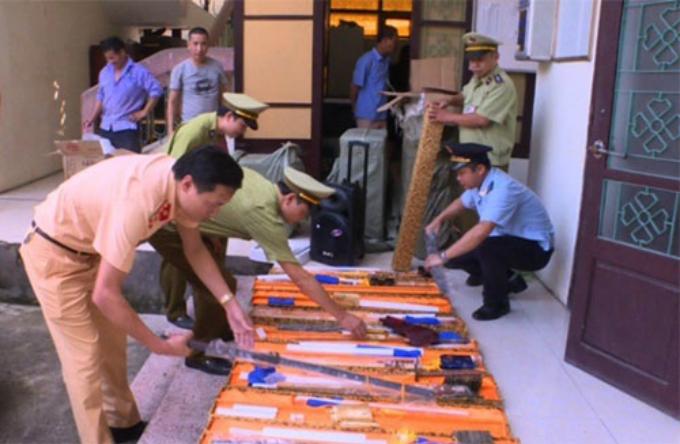 20 thanh kiếm dài hơn 1m bị tịch thu. Ảnh: CSGT BN