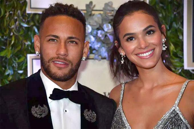 Cô và Neymar nối lại tình xưa hồi cuối năm ngoái sau một thời gian xa nhau. Cặp đôi tiếp tục làm việc xa nhau khi nàng ở Brazil còn Neymar thi đấu cho PSG ở Pháp.