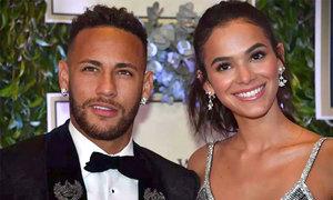 Bạn gái Neymar phản pháo vì bị chê 'gầy tong teo'