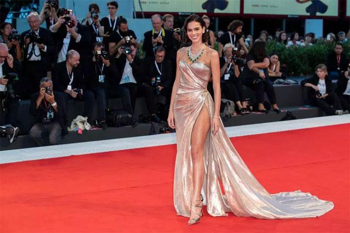 Năm nay 23 tuổi, bạn gái Neymar khẳng định vị trí ở làng điện ảnh và người mẫu xứ samba.