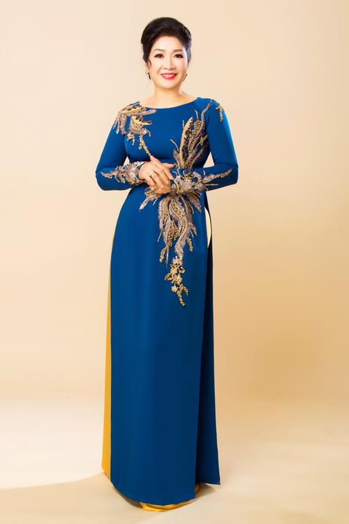 Nhà thiết kế thêu nổi họa tiết lá lúa ánh kim trên tà áo dài màu xanh trầm. Để tạo sự liên kết, đồng điệu về màu sắc, cô Bạch Lê diện quần dài cùng tông với họa tiết trên thân áo.