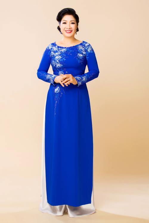 Nhà thiết kế Minh Châu chọn chất liệu vải co giãn, giúp người mặc có vóc dáng đầy đặn trở nên gọn gàng hơn. Mẫu áo dài được điểm xuyết hoa thêu nổi tạo nên nét đẹp trẻ trung, dịu dàng.