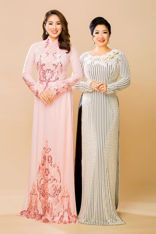 Mẫu áo dài của Lê Phương được lấy cảm hứng từ họa tiết cung đình vớiphom dáng truyền thống, chất liệu mềm mại, phù hợp để diện trong ngày trọng đại.