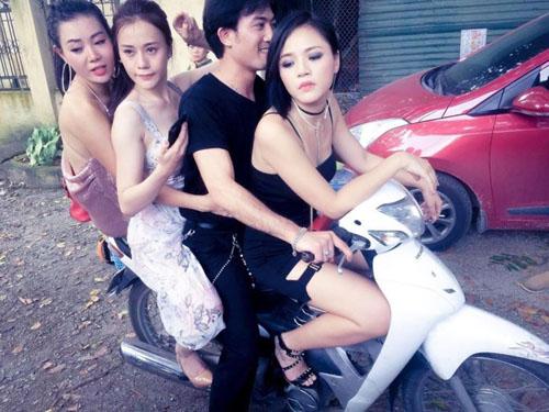Ảnh chụp chung củaThu Hương, Phương Oanh, Doãn Quốc Đam, Thu Quỳnh trênphimtrường Quỳnh búp bê.