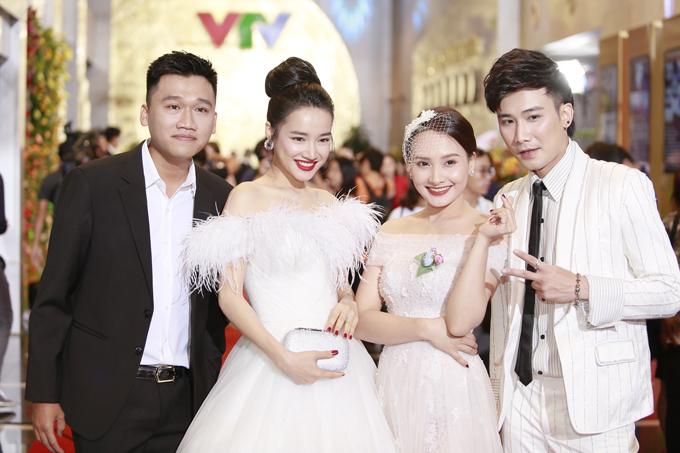 Nữ diễn viên vui vẻ hội ngộ với các bạn diễn trong phim Ngày ấy mình yêu như Mr Cần Trô, Bảo Thanh, Chí Thiện.