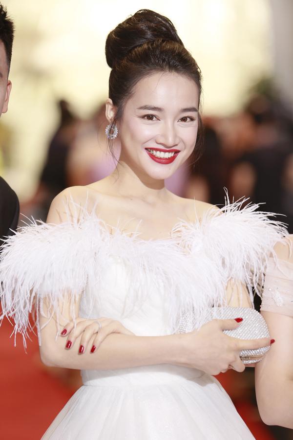 Nhã Phương dù bận rộn chuẩn bị cho đám cưới với bạn trai Trường Giang nhưng vẫn bay ra Hà Nội để dự sự kiện. Cô diện váy dạ hội trắng đính lông vũ và khoe vai trần thon thả.