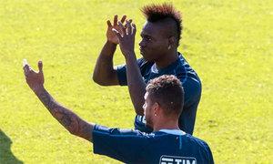 Balotelli cắt lại kiểu đầu cũ khi tái xuất ở tuyển Italy