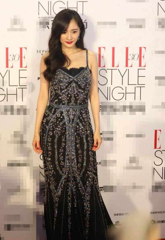 Dương Mịch tóc buông xõa, váy lấp lánh ánh sequin.