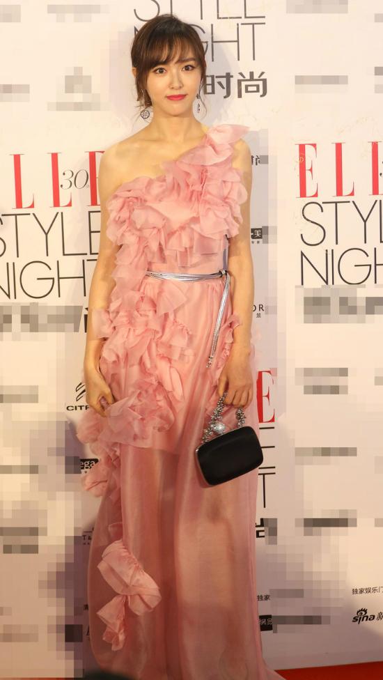 Dự sự kiện tối qua có sự góp mặt của nhiều tên tuổi trong showbiz. Không giống các đồng nghiệp, Đường Yên chọn riêng cho mình bộ đầm hồng điệu đà.