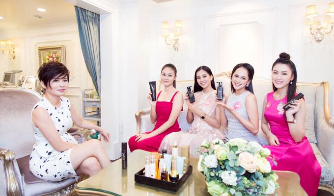 Chị Đặng Thanh Hà - Phó tổng giám đốc Thanh Hằng Beauty Medi trực tiếp hướng dẫn thí sinh cách chăm sóc da và mái tóc đúng cách với các sản phẩm chiết xuất từ thiên nhiên của thương hiệu H&H.