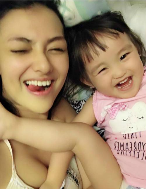 Khoảnh khắc đùa vui của Hồng Quế và con gái.