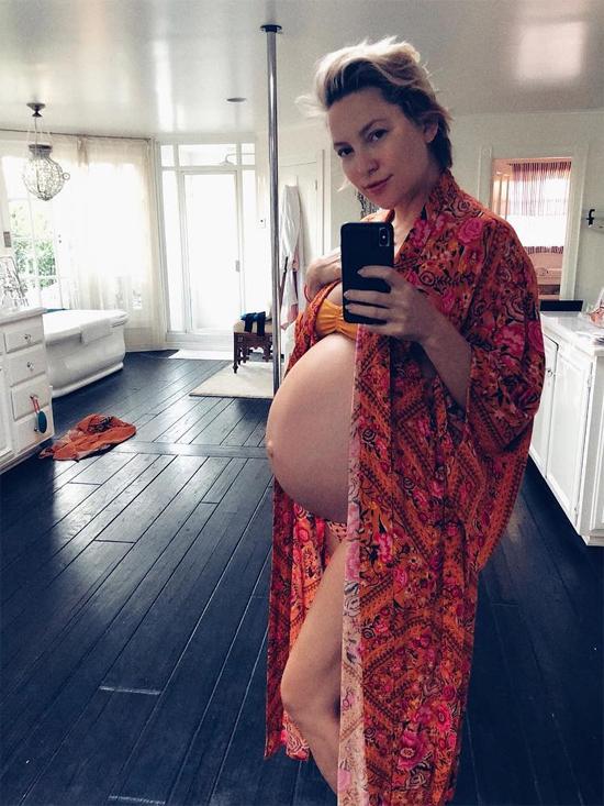 Kate Hudson chia sẻ ảnh bụng bầu trong biệt thự của cô ở Los Angeles.