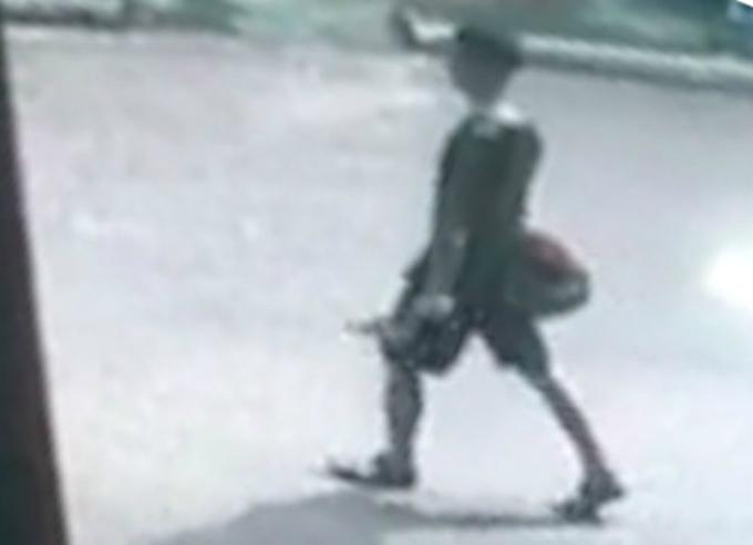 Sau khi ngáo đá, Thắng cầm dao bầu đi lang thang trên đường. Ảnh chụp từ clip