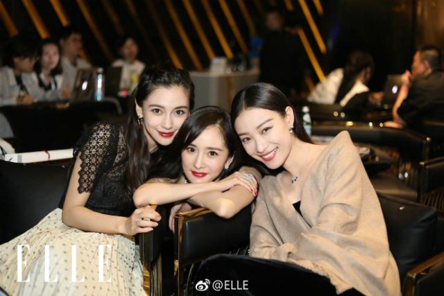 Angelababy, Dương Mịch, Nghê Ni đồng hành trong đêm tiệc do một tạp chí thời trang lớn tổ chức tại Bắc Kinh tối 6/9. Ba ngôi sao màn ảnh Hoa ngữkhoe sắc trong phục sức lộng lẫy, gương mặt rạng rỡ. Angelababy và Dương Mịch là hai người bạn thân thiết, Baby lại chơi với Nghê Ni, từ đó ba côtrở thành hội bạn thân.