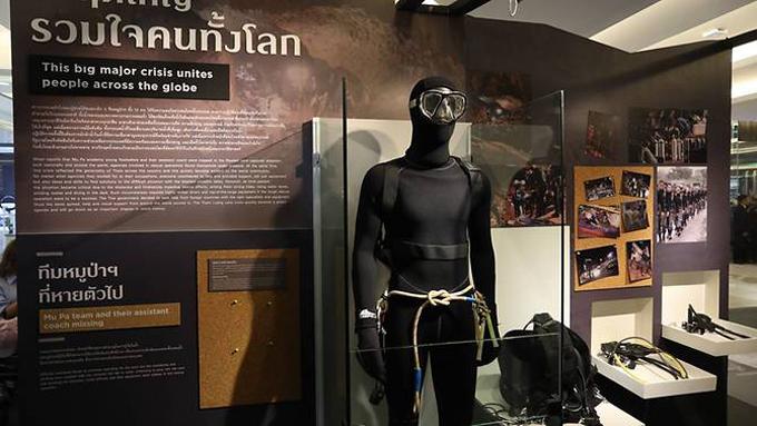 Hình nộm thợ lặn đeo mặt nạ dưỡng khí cũng được đặt ở triển lãm. Ảnh: Facebook/Siam Paragon.