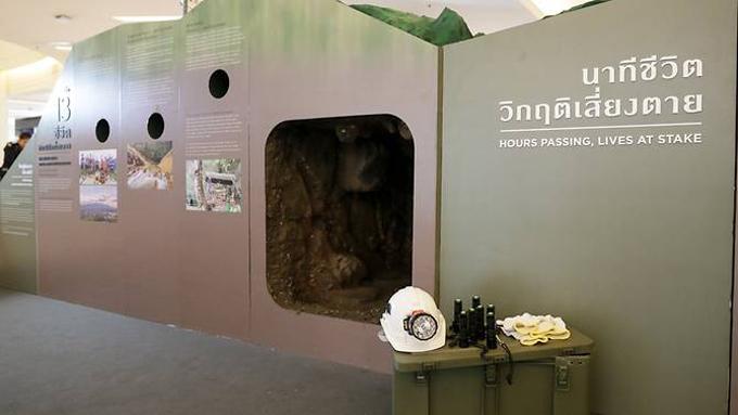 Mô phỏng đường hầm chật hẹp mà các thợ lặn phải luồn qua để đến vị trí các cầu thủ nhí mắc kẹt trong hang, được trưng bày ở triển lãm hôm qua. Ảnh: Facebook/Siam Paragon.