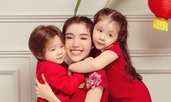Elly Trần được hai con lai ôm hôn khi chụp ảnh