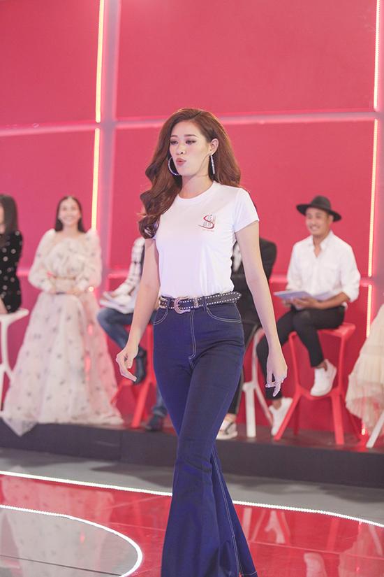 30 thí sinh cùng diện trang phục áo thun trắng và jeans xanh khi tham gia thử thách cuối cùng, trước thềm đêm chung kết và xếp hạng.