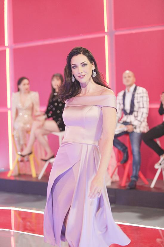 30 thí sinh có phần tập luyện catwalk vớiHoa hậu Hoàn vũ 2015 - Natalie Glebova trước khi bước vào phần thi.