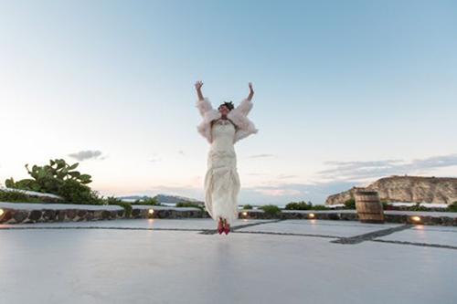 Laëtitia nhảy lên hạnh phúc ở đám cưới trên hòn đảo Santorini xinh đẹp. Ảnh:MDWfeatures.
