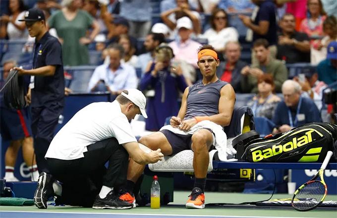 Khi tỷ số là 2-1 ở set hai, Nadal một lần nữa cần đến bác sĩ. Tay vợt từng ba lần vô địch Mỹ Mở rộng gắng gượng đánh đến cuối set nhưng cuối cùng cũng phải xin bỏ cuộc.