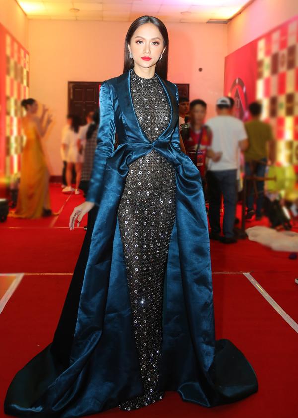 Hoa hậu Chuyển giới Quốc tế Hương Giang lộng lẫy, quyền lực với thiết kế đính đá lấp lánh, dài quét đất.