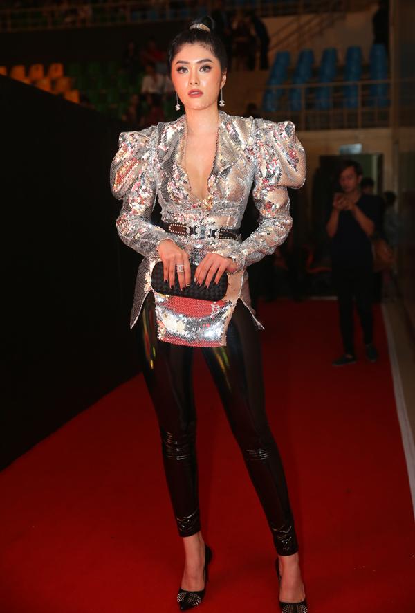 Hoa hậu Huỳnh Tiên mặc áo trễ cổ sâu, quần da bó sát để tôn vẻ sexy.