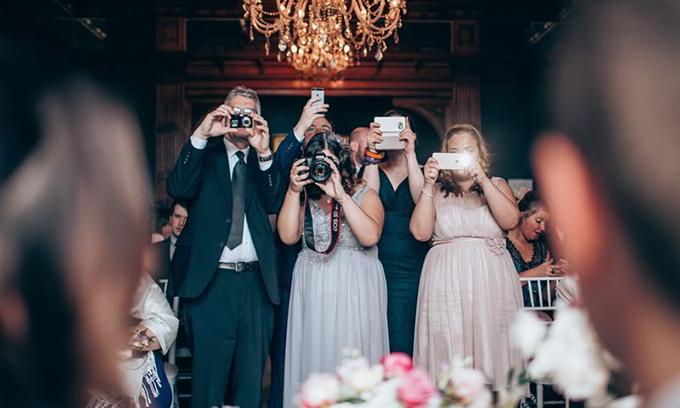 Trừ khi được cặp vợ chồng cho phép, đừng phát sóng đám cưới trên mạng xã hội.Ảnh: Weddingideasmag.