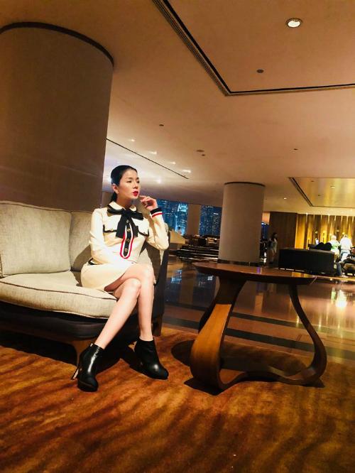 Lệ Quyên khoe ảnh ăn tối tại tầng 103 của một nhà hàng hạng sang ở Hồng Kông.