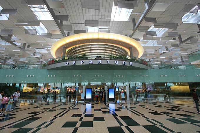 Sân bay Changi Singapore nhiều năm liền được bình chọn là sân bay tốt nhất thế giới với cơ sở vật chất hiện đại, thái độ phục vụ 5 sao. Sân bay Changi sở hữu rạp chiếu phim, bể bơi, khu vui chơi trẻ em, vườn hoa, cây cảnh với thiết kế hoành tráng. Đặc biệt, hệ thống mái che tận dụng ánh sáng mặt trời vào ban ngày để tiết kiệm điện và đem lại không gian thông thoáng.